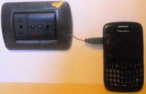 Il caricabatteria USB universale è italiano ed è nel muro